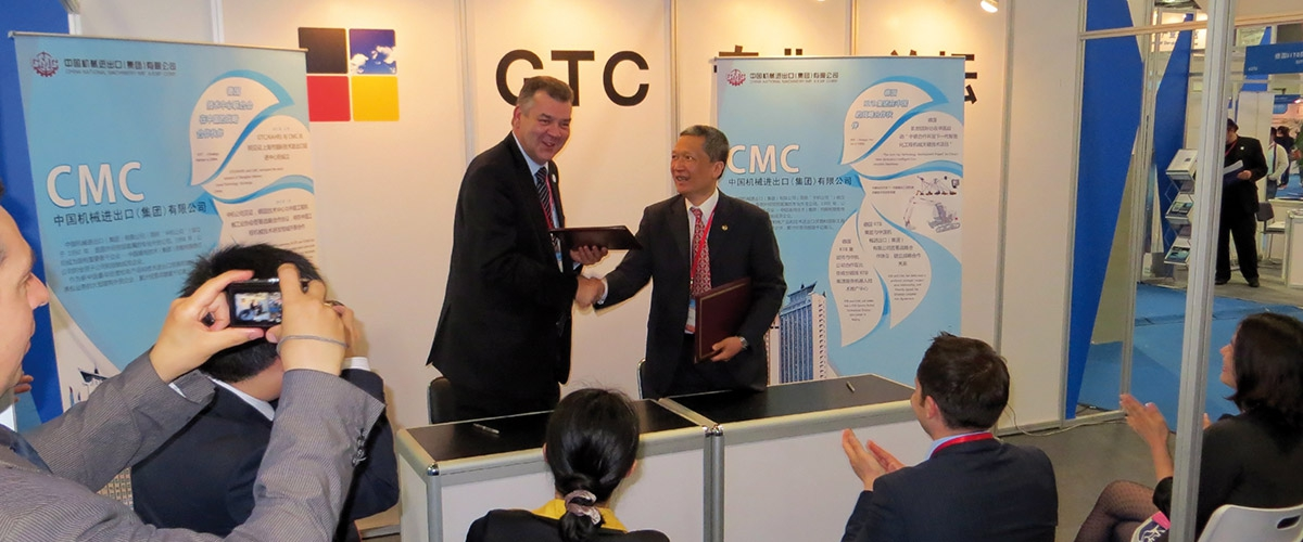 Mr. Hongming Yuan, China National Machinery Import & Export Corporation (CMC), (rechts) und GTC-Präsident Ulf Stremmel, beim Vertragsabschluß zur Eröffnung des German (European) Technology Beijing Promotion Center​